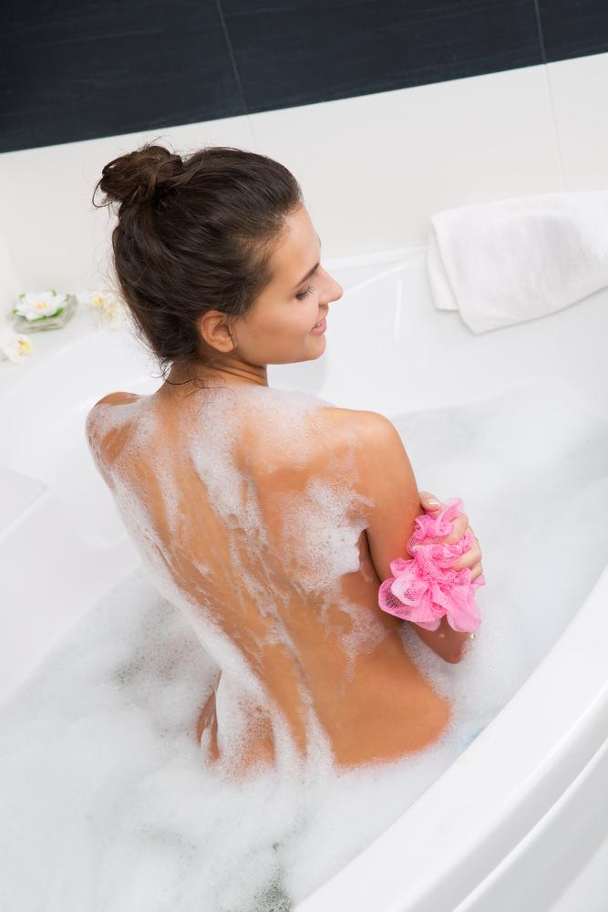 Озорная девушка мастурбирует в ванной