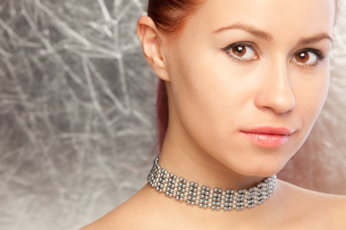 Woman wearing a choker on her neck.